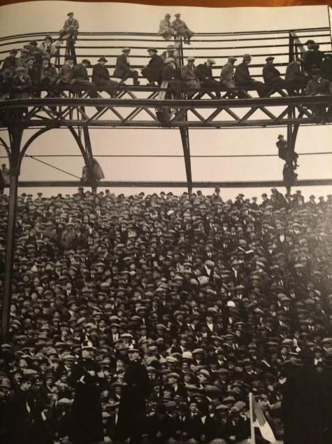Torcedores lotam as arquibancadas para assistir a partida entre Cardiff City e Chelsea em março de 1921.